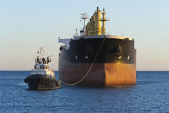 航行在阿利坎特附近港的货船  免版税图库摄影