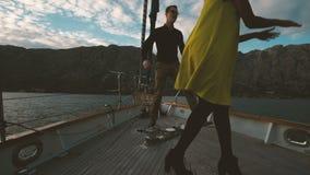 航行在风船和跳舞在甲板的两青年人户外 股票视频