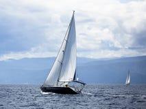 航行在风通过波浪在爱琴海在希腊 豪华 免版税图库摄影