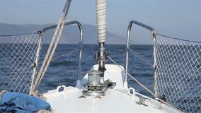航行在风通过波浪 在HD的帆船射击在Baikal湖 股票视频