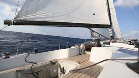航行在风通过波浪 豪华游艇小船 影视素材