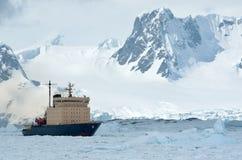 航行在破冰船冰了南极海峡弹簧 免版税库存图片