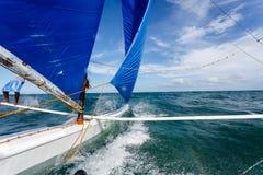 航行在离博拉凯的附近海岸在美丽的热带海 免版税图库摄影