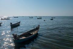 航行在黄昏日落微明时间的海的渔船美丽的景色  免版税库存图片