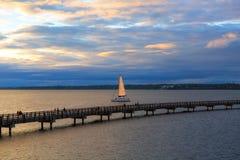 航行在Bellingham海湾在华盛顿州的日落期间 免版税图库摄影