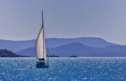航行在Whitsundays的一条游艇 免版税库存照片
