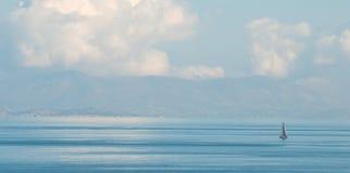 航行平静的海 库存图片