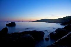 航行日落的停住的小船 库存照片