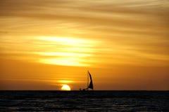 航行有日落背景 库存图片