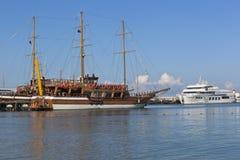 航行格洛里亚和马达运输帝国在Gelendzhik海湾的码头在一个夏天早晨 免版税库存照片