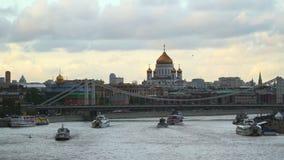 航行横跨莫斯科河的游船 股票录像
