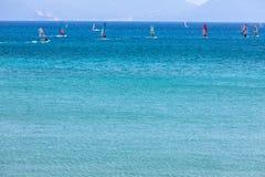 航行横跨Vasiliki的风帆冲浪者在莱夫卡斯州海岛靠岸, 免版税库存照片