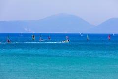 航行横跨Vasiliki的风帆冲浪者在莱夫卡斯州海岛靠岸, 图库摄影