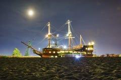 航行沙子的海盗船 库存图片