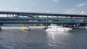 航行沿有通过的火车河和玻璃桥梁的船 影视素材