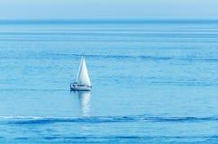 航行海、清楚的天空和大海,消遣体育,活跃休息的游艇 免版税库存照片