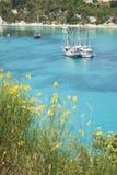 航行海运的蓝色小船 免版税库存照片