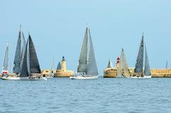 航行游艇况赛 乘快艇 航行游艇在海 免版税库存图片