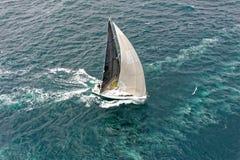 航行游艇况赛 乘快艇 航行游艇在海 库存图片