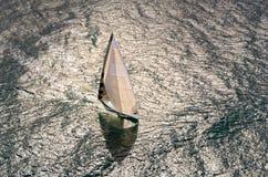 航行游艇况赛 乘快艇 航行游艇在海 图库摄影