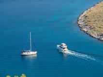 航行游艇和汽船在克罗地亚,在蟒蛇的有风夏天 免版税库存图片