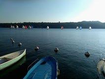 航行游艇在充分的风帆下在赛船会 乘快艇的队竞争 免版税库存照片