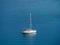 航行游艇在克罗地亚,在小船的有风夏天在岩石之间 免版税图库摄影