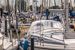 航行游艇在小游艇船坞 免版税图库摄影