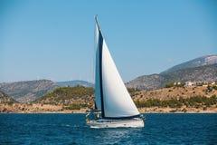 航行游艇在海 豪华 免版税库存图片