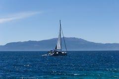 航行游艇在爱琴海,从口岸的看法 免版税库存照片