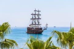 航行游艇在蓝色海运 免版税库存照片