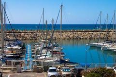 航行游艇在赫兹里亚小游艇船坞,以色列 免版税库存图片