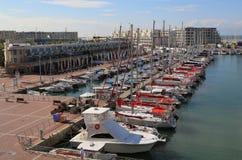 航行游艇在赫兹里亚小游艇船坞 免版税库存照片