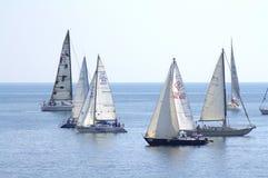 航行游艇在风平浪静 免版税库存照片