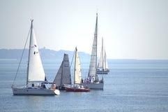 航行游艇在风平浪静 免版税图库摄影
