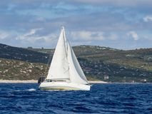 航行游艇在Croaatia,在小船的有风夏天在岩石之间 免版税库存照片