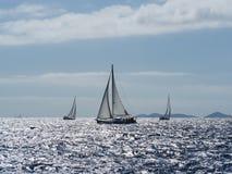 航行游艇在Croaatia,在小船的有风夏天在岩石之间 免版税库存图片
