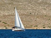 航行游艇在Croaatia,在小船的有风夏天在岩石之间 免版税图库摄影