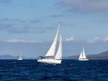 航行游艇在Croaatia,在小船的有风夏天在岩石之间 库存图片