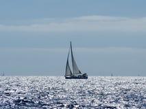航行游艇在Croaatia,在小船的有风夏天在岩石之间 库存照片