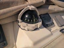 航行游艇导轮和贯彻 免版税库存照片
