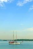 航行游艇小船在热带蓝色海 库存照片
