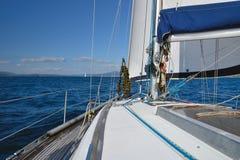 从航行游艇的海视图 库存图片