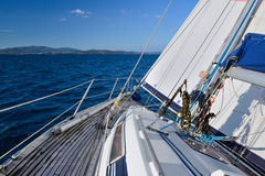 从航行游艇的海视图 免版税库存图片