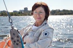 航行游艇的年长女子驾游艇者 免版税库存图片