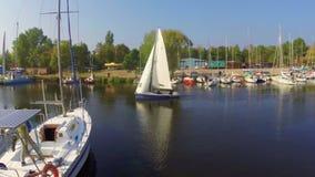 航行游艇离开小港口,冒险,旅游业,移动 股票视频