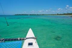 航行游艇筏在波浪航行在温暖的加勒比海 风船 航行 坎昆墨西哥 蝴蝶日草夏天晴朗的swallowtail 免版税库存照片
