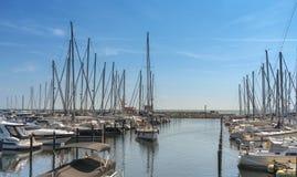 航行游艇 停放为风船在城市Groemitz,北德国,海岸波罗的海上午09 06 2016年 库存图片