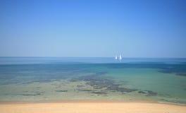 航行热带水的小船 免版税库存图片