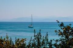 航行爱奥尼亚海在希腊 在海岸线附近的豪华游艇 蓝色清楚的水 海假期在欧洲 复制空间 免版税库存照片